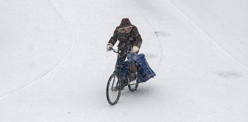 Krantenbezorgster in de sneeuw_1920x950